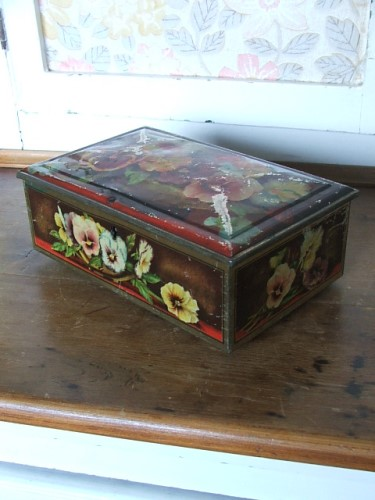 Pretty Vintage Pansy Tin