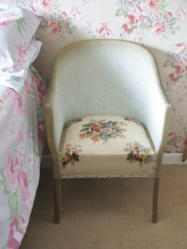 Gorgeous floral set wicker chair