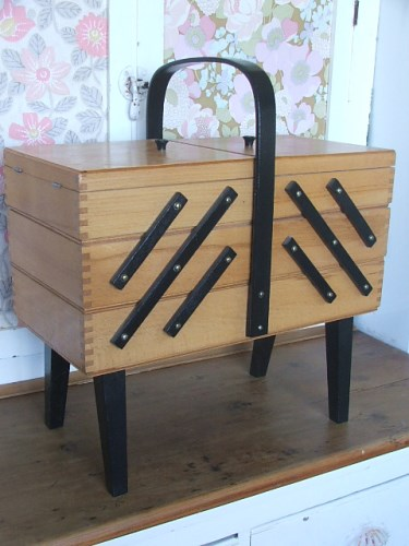 Retro Cantilever Sewing Box
